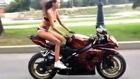 Une cascadeuse sexy fait l'amour à sa moto